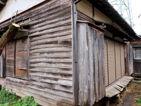 古びた家の外壁