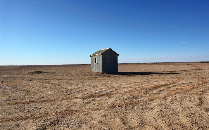 砂漠に建つ小屋